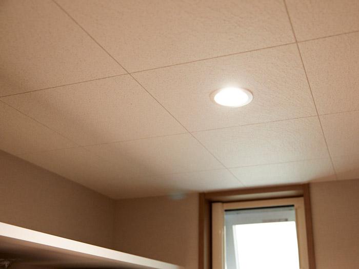 調湿機能・吸音機能・消臭機能を持ち合わせた天井材