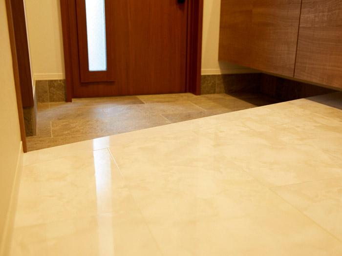 高級感のある大理石の風合いをリアルに表現した最高級グレードの床材「ハピアフロア石目柄」